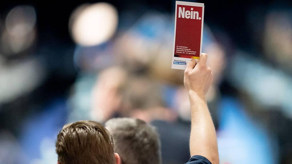 Die Delegierten zeigen in der Dresdener Messehalle beim Bundesparteitag der AfD ihre Stimmkarten. Foto: Kay Nietfeld/dpa