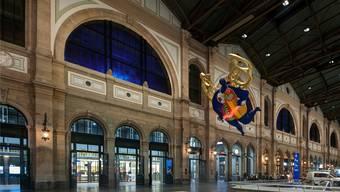 Die neu blau beleuchteten Fenster der Haupthalle sollen gemäss SBB eine angenehme Abendstimmung erzeugen. Bild: zvg/Lichtgestaltende Ingenieure Vogt Partner