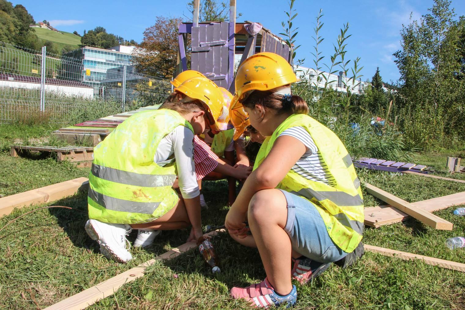 Ein ganzes Team für den Boden: die Mädchen arbeiten gut zusammen. (Bild: FM1Today/Stefanie Rohner)