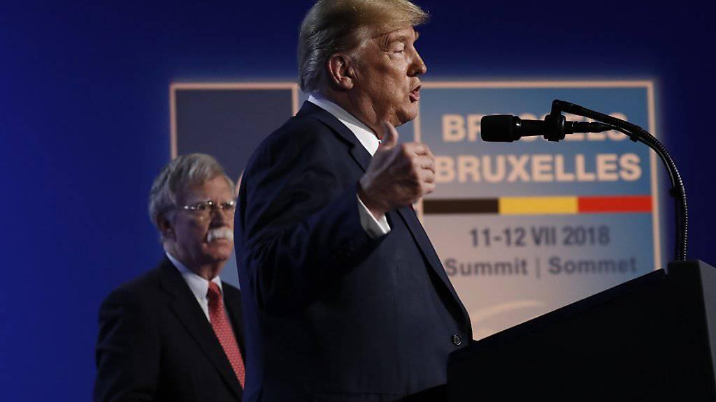 US-Präsident Donald Trump und sein nationaler Sicherheitsberater John Bolton (hinten). (Archivbild)