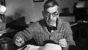 Der Schweizer Schriftsteller Charles Ferdinand Ramuz an seinem Arbeitsplatz in Pully bei Lausanne, aufgenommen am 15. Dezember 1945. (Archiv)