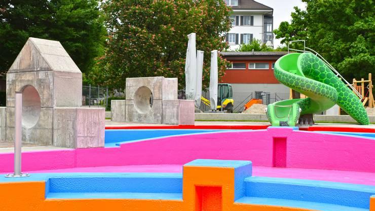 Die neu sanierten farbigen Böden im Kinderplanschbecken.