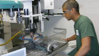 An der Berufsschule Lenzburg werden Lernende aus dem Bereich Maschinenbau in modernen Werkstätten ausgebildet.