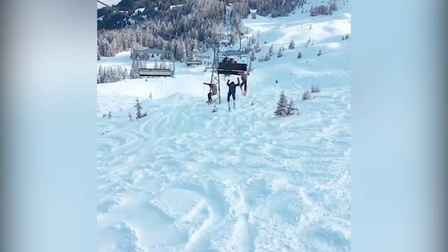 Freeskier springen vom fahrenden Sessellift