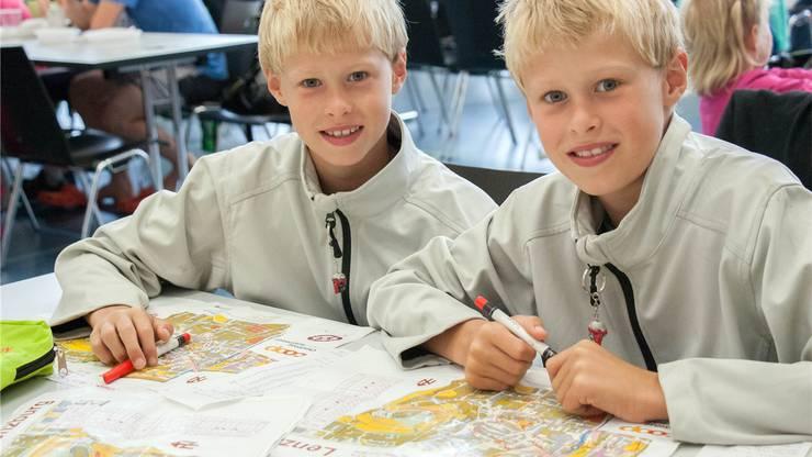 Tobias und Florian Nagel gehen noch eimal die Route des Vortages durch.