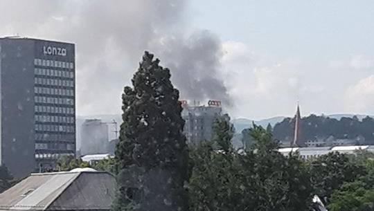 Der Rauch ist bis in die Innenstadt sichtbar.