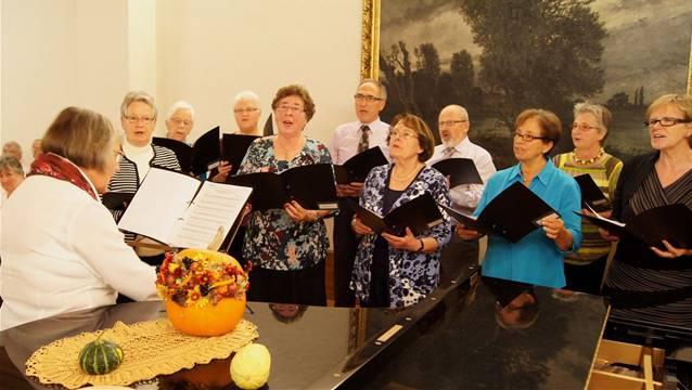 Jubiläums-Konzert zum 50-jährigen Bestehen des Gemischten Chor Brugg unter der Leitung von Reinhart Frosch: Ruth Bischofberger (links) führt den Gemischten-Chor Lauffohr durch den Gastauftritt.