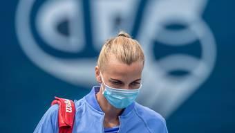 Die ehemalige Wimbledon-Siegerin Petra Kvitova trägt vor einem Wohltätigkeits-Match Mundschutz