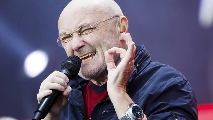 Voller Inbrunst singt Phil Collins einer seiner vielen Hits.
