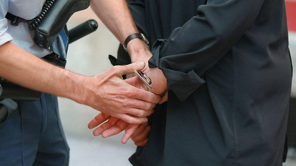 Eine Erpresserin und ihr mutmasslicher Komplize wurden am Freitagnachmittag in Wald ZH verhaftet. (Symbolbild)