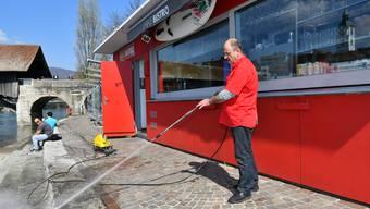 Am Dienstag bereitete Atnan Kahlef den Vorplatz mit dem Hochdruckreiniger für die Saisoneröffnung des Aarebistros vor.
