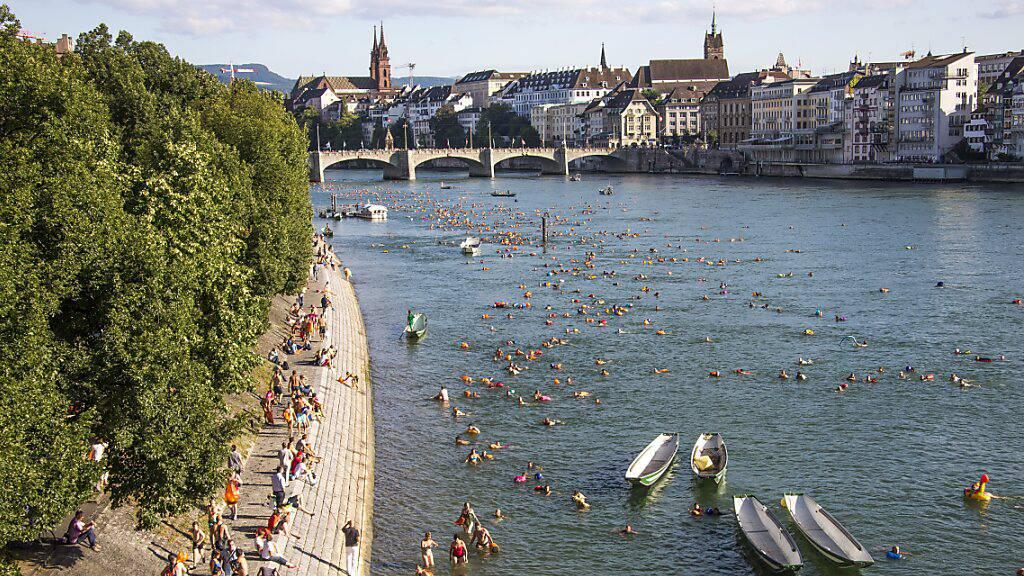 Badeplausch am Rhein in Basel: 81,5 Prozent aller im Jahre 2020 analysierten Schweizer Badegewässer haben gemäss einer EU-Studie eine «genügende» bis «ausgezeichnete» Wasserqualität. (Archiv)