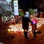 """Viele Menschen trauern am Sonntag in Polen nach der Tragöde in einem """"Escape Room"""" um die fünf jungen Todesopfer."""
