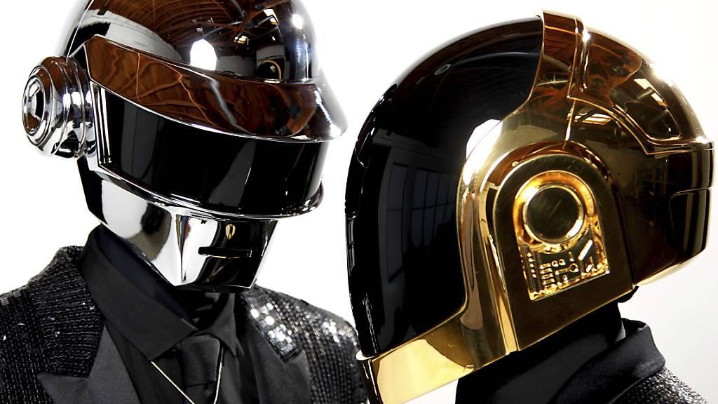 ARCHIV - Thomas Bangalter (l) und Guy-Manuel de Homem-Christo vom Elektro-Duo Daft Punk 2013 in Los Angeles. Foto: Matt Sayles/Invision/AP/dpa