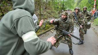 Soldaten wehren Zivilisten ab – das könnte laut Armee eintreten, wenn Europa auseinanderbricht (Foto von der Übung «Zephyr» in der Zentralschweiz).