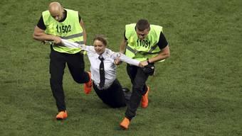 Pussy Riot stürmt den Platz während des WM-Finals