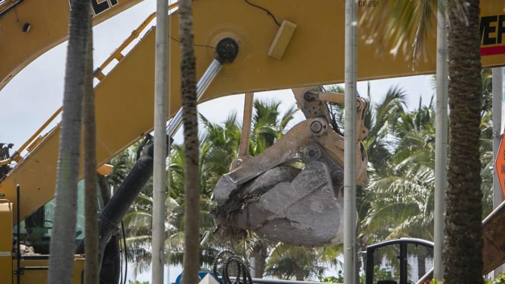 Schweres Gerät entfernt Schutt von der Einsturzstelle der Champlain Towers South in Surfside, Florida. (Archivbild) Foto: Jose A Iglesias/Miami Herald via AP/dpa - ACHTUNG: Nur zur redaktionellen Verwendung und nur mit vollständiger Nennung des vorstehenden Credits