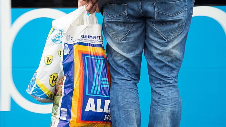 Bürgerliche wollen das Basler Gewerbe vor dem Einkaufstourismus in Deutschland schützen. Keystone