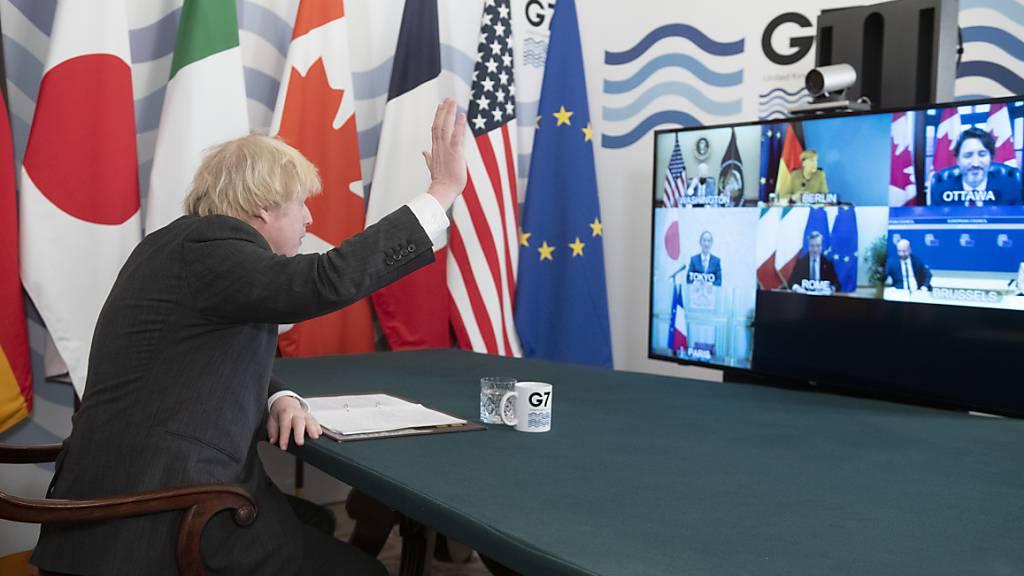 Boris Johnson, Premierminister von Grossbritannien, winkt im Kabinettszimmer in der Downing Street in die Kamera während des virtuellen G7-Gipfels.