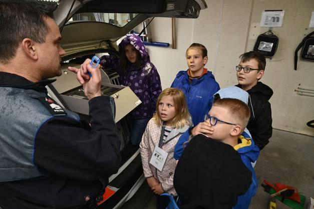 Stefan Zybach zeigt den Kindern ein Drogenmessgerät.
