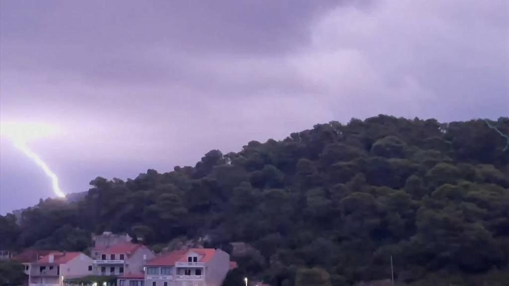 Nacht wird zum Tag: Heftiges Gewitter entlädt sich über Ferieninsel