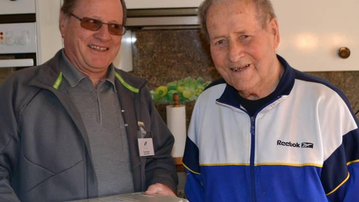 Der 93-jährige Kunde Werner Haldemann (rechts).