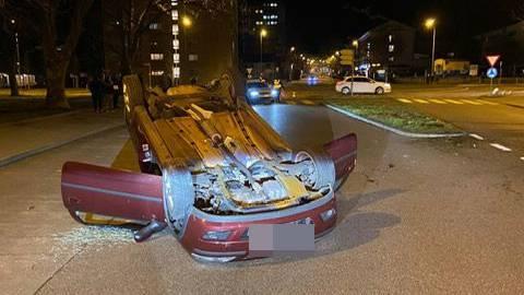 Wettingen AG, 14. Februar: Eine 39-jährige Deutsche verursachte am Freitag einen Selbstunfall. Sie prallte beim Verlassen des Kreisverkehrs gegen einen Inselschutzpfosten worauf sich ihr Auto überschlug und auf dem Dach zum Stillstand kam. Zwei Personen wurde zwecks Kontrolle ins Spital überführt. Am Auto entstand grosser Sachschaden.