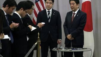 Ihm kam die Ehre zu, den künftigen US-Präsidenten Donald Trump als erster ausländischer Regierungschef zu besuchen: Japans Ministerpräsident Shinzo Abe.