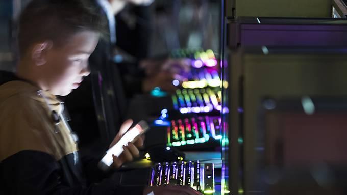 Jugendliche beim Computerspiel an einer Party in Bern. (Archivbild)