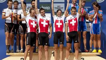 Sieg! Das Schweizer Cross-Country Team zelebriert seinen Sieg an den Weltmeisterschaften in in Mont-Sainte-Anne, Kanada.