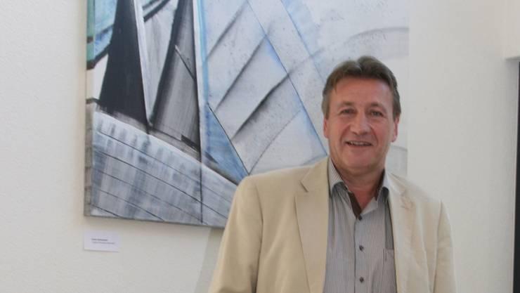Stefan Gloor – im Gemeindehaus, vor einem Bild von Armin Strittmatter.