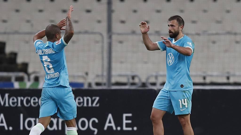 Hier sah es für Wolfsburg noch gut aus: Admir Mehmedi (rechts) hat unmittelbar vor der Pause das 1:0 erzielt. Der Brasilianer Otavio freut sich mit dem Schweizer
