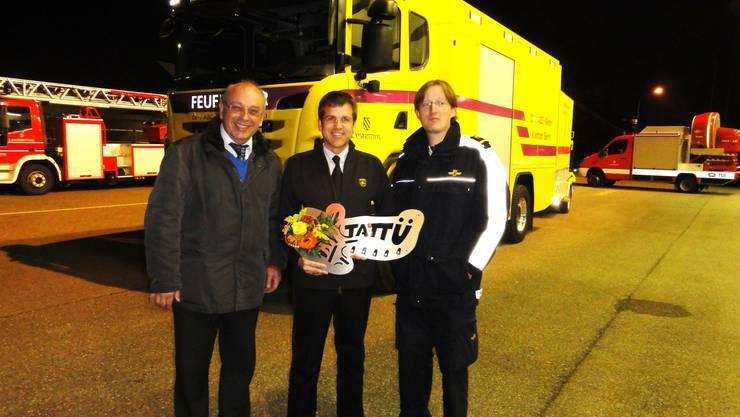 Peter Brändle von der Tony Brändle AG in Wil, Feuerwehrkommandant Peter Siegrist und Thomas Ramseier Schmitz (Kantonsexperte Öl/Chemiewehr GVB, von links) vor dem neuen Fahrzeug.