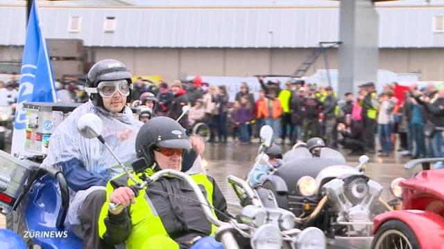 Auf der Harley für den guten Zweck