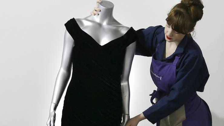 An Auktionen wurden bereits zahlreiche ihrer Kleider verkauft. Ihren Schmuck hat sie übrigens ihren Söhnen vermacht, damit diese ihn an ihre Frauen weitergeben können.