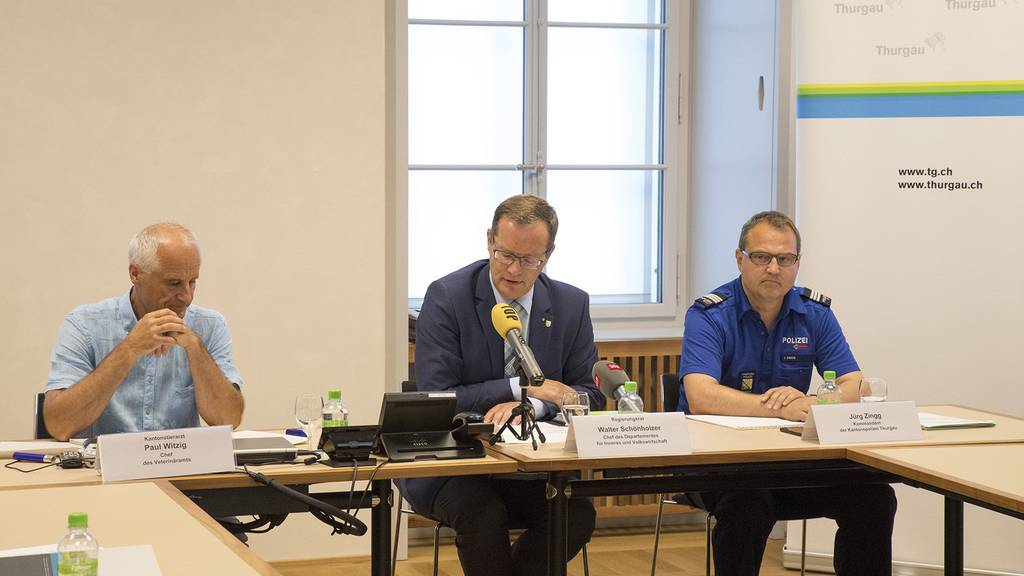 V.l.n.r. Paul Witzig, Kantonstierarzt, Regierungsrat Walter Schönholzer und Jürg Zingg, Kommandant der Kantonspolizei Thurgau, informierten über die aktuellen Ergebnisse der Task Force im Fall des Pferdehändlers U. K.