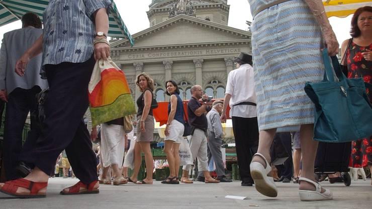 Nah dran: der Platz vor dem Bundeshaus in Bern gehört den Menschen. Das Parlamentsgebäude dahinter soll künftig besser geschützt werden (Archivbild).