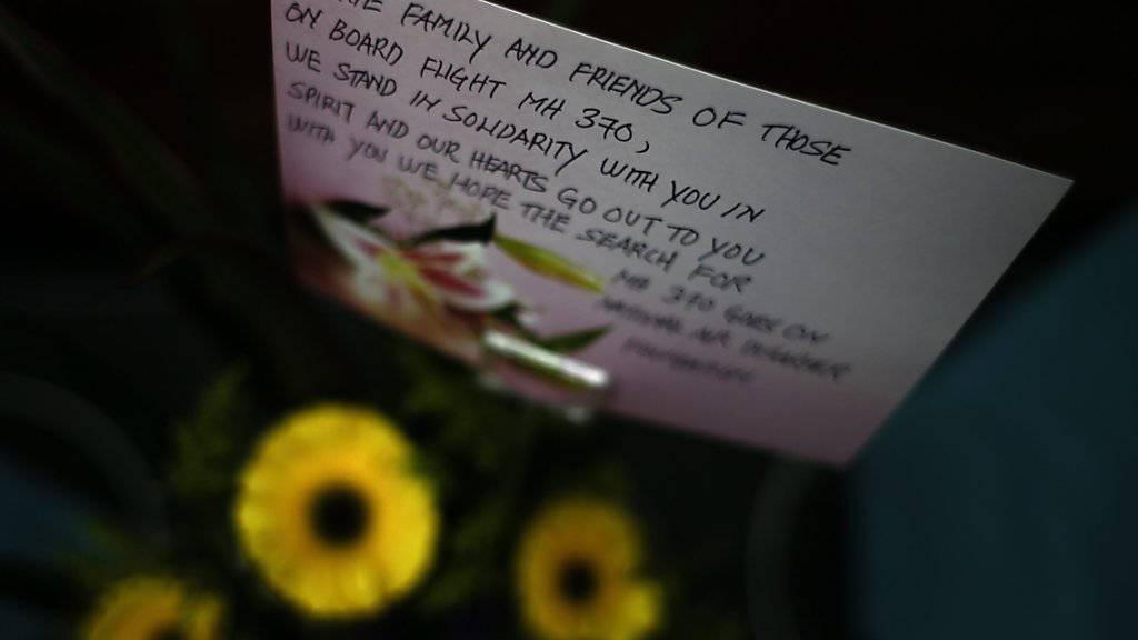 Eine der zahlreichen Botschaften auf der Plakatwand in Kuala Lumpur zwei Jahre nach dem Verschwinden der Malaysian-Airlines-Maschine des Fluges MH370.