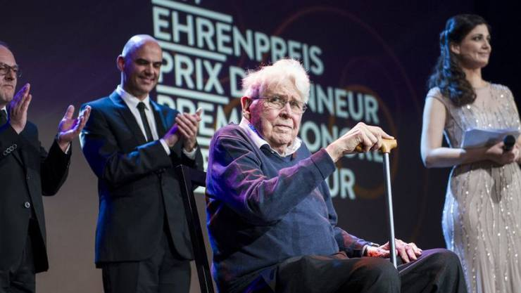 Der Zürcher Filmautor Alexander J. Seiler (Mitte) ist am 22. November 2018 im Alter von 90 Jahren gestorben. 2014 erhielt er beim Schweizer Filmpreis den Ehren-Quartz. Die Laudatio hielt Bundesrat Alain Berset (zweiter von links). (Archiv)