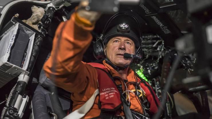 Pilot André Borschberg bereitet sich vor dem Start in Nagoya auf den Pazifiküberflug vor. Mittlerweile hat er schon drei Viertel des Weges hinter sich (Archivbild).