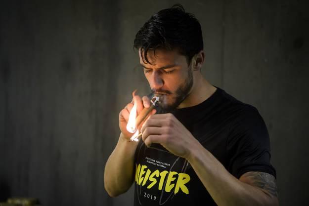 Loris Benito gönnt sich eine Zigarre.