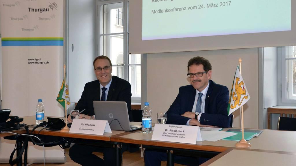 Urs Meierhans, Chef der kantonalen Finanzverwaltung, und der Thurgauer Regierungsrat Jakob Stark präsentieren die Zahlen der Jahresrechnung 2016.
