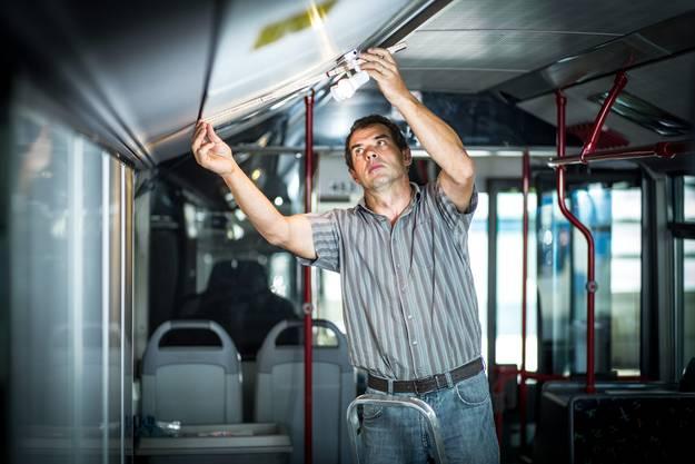 Ruedi Willi, Leiter Technik bei der RBL, baut den az-Wahlkampfbus um
