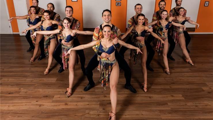 Melanie Eisenhut (Mitte) freut sich mit ihrem Amateur-Team der Tanzschule Salsa-People auf die Teilnahme an der Salsa-WM in Miami.Severin Bigler