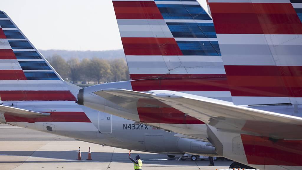 Die Corona-Krise hat American Airlines zu Jahresbeginn tief in den roten Zahlen gehalten. Von Januar bis Ende März machte die US-Fluggesellschaft einen Nettoverlust von 1,3 Milliarden Dollar. (Archivbild)