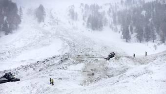 Die Suche nach zwei bei einem Lawinenniedergang im Wallis mitgerissenen Variantenskifahrern soll am Dienstag weitergehen.