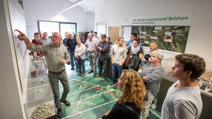 Heiner Roschi erklärt der Guldentaler Delegation, worauf es beim Tunnelbau am «Belchen» ankommt.