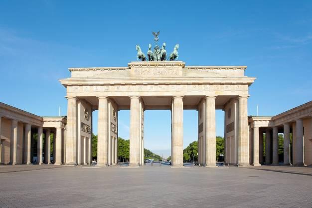 Das weltbekannte Brandenburger Tor, blauer Himmel, keine Touristen - Berlin glich wochenlang einer Geisterstadt. Nun hofft die deutsche Hauptstadt wieder auf Besucher.