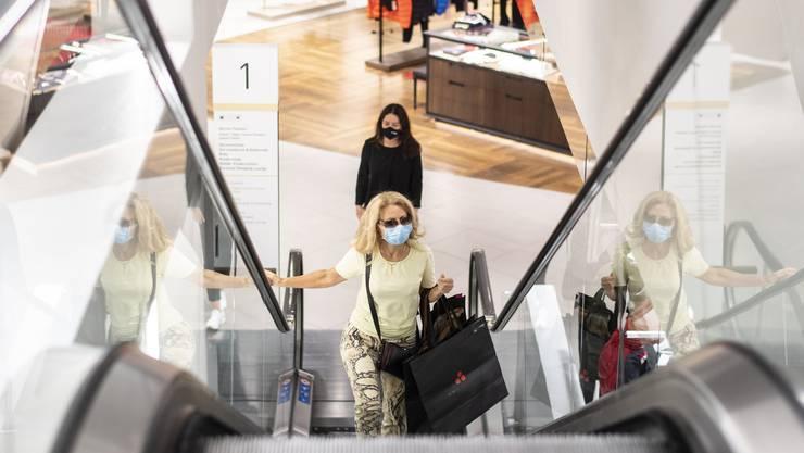 Das Warenhaus Jelmoli in Zürich. Der Kanton hat als einer der ersten eine Maskenpflicht in den Einkaufsläden eingeführt.