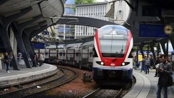 Der Zwischenfall zwischen Stadelhofen und Tiefenbrunnen wirkt sich auch auf die S12 aus, die bis nach Brugg fährt. (Archiv)